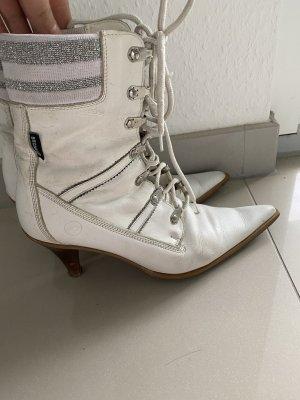 Kurze, weiße, spitze Stiefel mit Schnürung