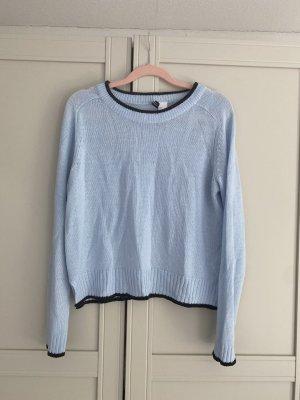 Kurzer hellblauer Pullover