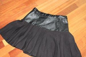 Kurzer schwarzer Faltenrock mit Kunstleder (High-Waist)