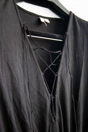Kurzer schwarzer Jumpsuit mit V-Ausschnitt