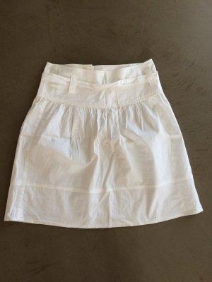 Kurzer weißer Sommerrock