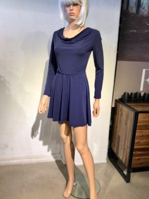 Kurzes blaues Kleid mit langen Ärmeln