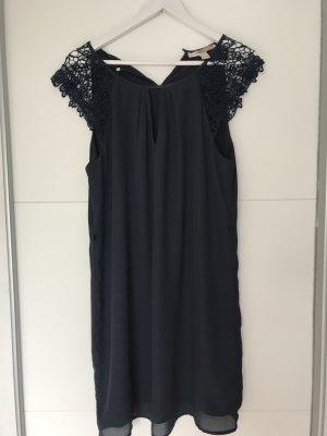 Kurzes dunkelblaues Kleid mit Spitzenärmeln