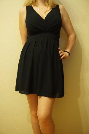kurzes dunkelblaues Kleid mit Wickeloptik an der Brust