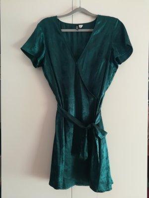 Kurzes grünes Wickelkleid mit V-Ausschnitt