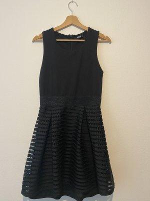Kurzes hochgeschlossenes Kleid