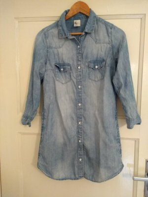 Kurzes Jeanskleid mit 3/4-Ärmeln und Taschen