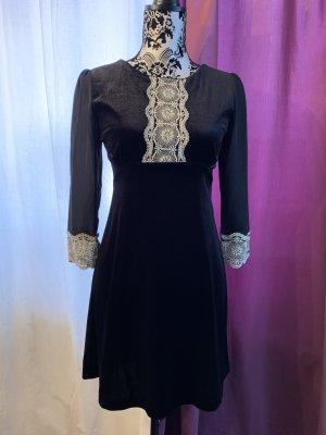 Kurzes Kleid aus Samt mit Spitze