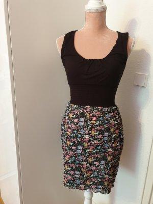 kurzes Kleid mit Blümchenmuster