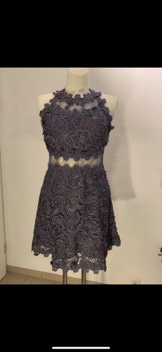 Kurzes Kleid mit Cut Outs