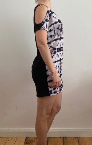 Kurzes Kleid mit raffinierten Ärmeln