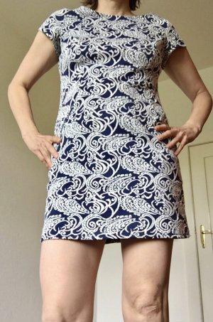 Kurzes Kleid mit Rankenmuster