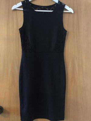 Kurzes Kleid mit Stick-Muster