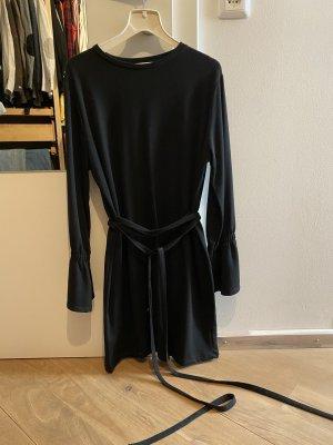 Kurzes Kleid zum Binden an Taille