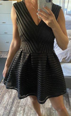 Kurzes schwarzes Cocktailkleid