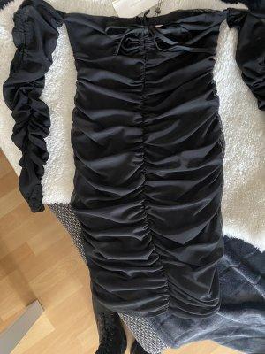 Kurzes schwarzes Kleid mit langen Ärmeln, Schulterfrei