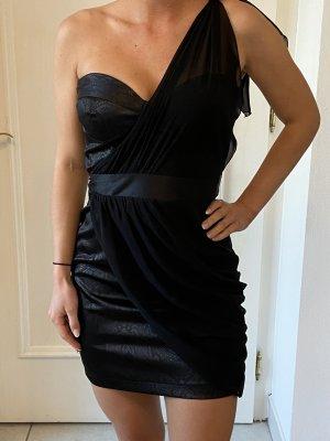 Kurzes schwarzes Kleid mit Schulterschleife