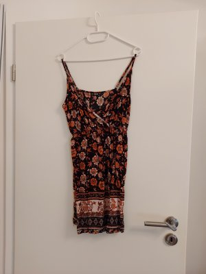 Kurzes schwarzes Sommerkleid mit orangen Blumen