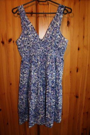 kurzes Sommerkleid mit blau-violettem Blumenmuster