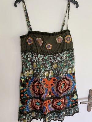 Kurzes Sommerkleid mit Stickereien