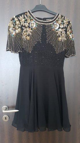Kurzes, traumhaftes Kleid mit aufwendigen Verzierungen