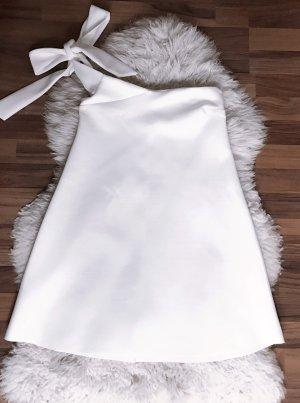 Kurzes weisses Kleid mit Schleife
