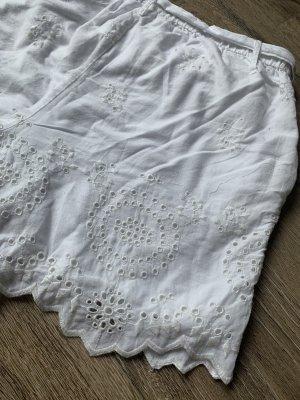 Kutze weiße Hose mit Spitze