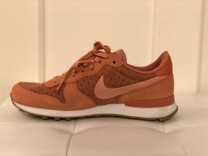 Lachs farbener Nike Internationalist