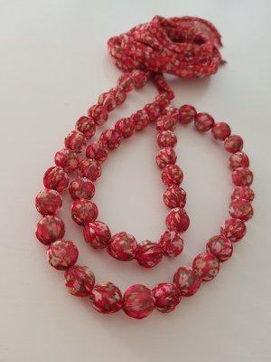 Längenverstellbare Kette mit Perlen und Stoff