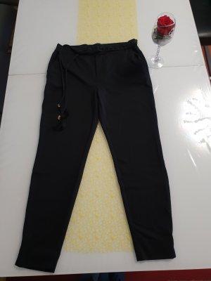 Lässige Hose in schwarz.  mit Taschen.