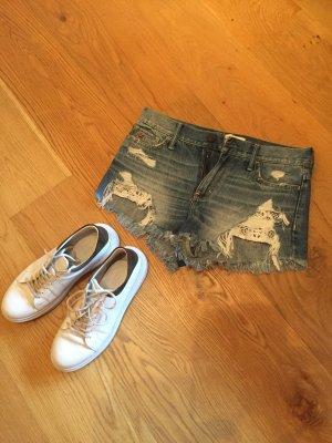 Lässige Jeanshotpants mit Spitzeneinsatz