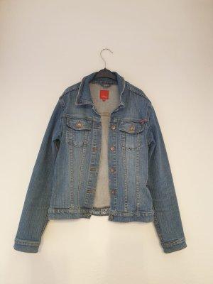lässige Jeansjacke für kühle Sommerabende