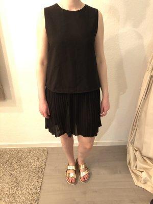 Lässiges Schwarzes Kleid mit Plisseeabschluss