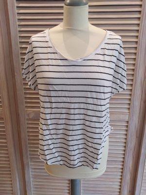 Lässiges weißes Shirt mit schwarzen Streifen von Hollister