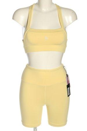 Lahana Active Twin Set tipo suéter amarillo pálido letras bordadas look casual