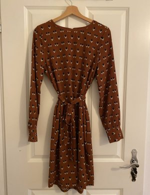 Langärmliches, cognacfarbenes Kleid (Object)
