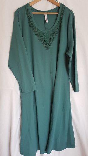 langärmliges,grünes Kleid