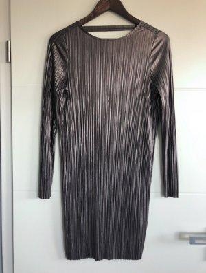 Langarmiges Kleid mit freiem Rücken