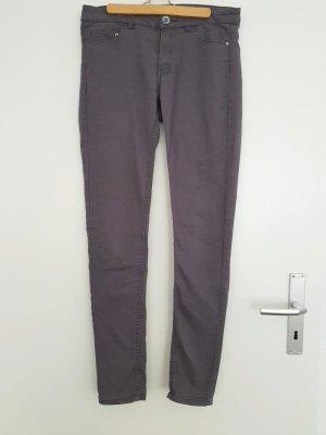 Lange enge graue Jeanshose