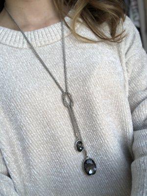 Lange Kette in dunklem Silber und Knoten mit zwei grauen Steinen