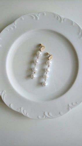 lange Ohrringe aus weißen Perlen