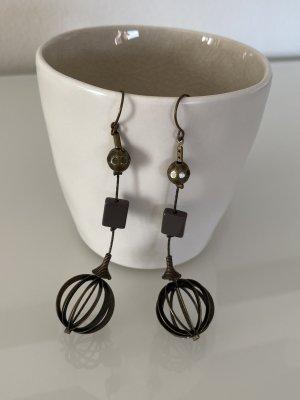 Lange Ohrringe mit Metallkugel