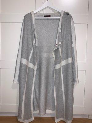 Langer Cardigan in grau, mit weißen Streifen