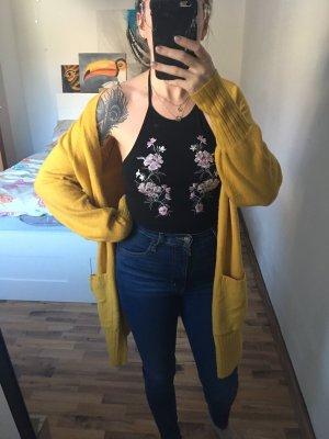 langer gelber cardigan