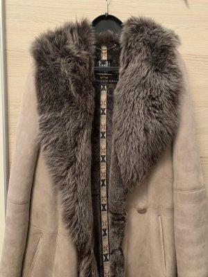 Abrigo de cuero gris-beige