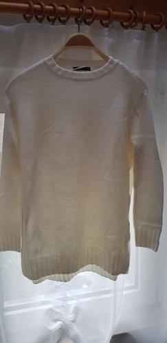 Langer Pullover mit Schlitzen