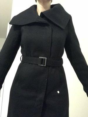 Langer schwarzer Mantel mit großem Kragen