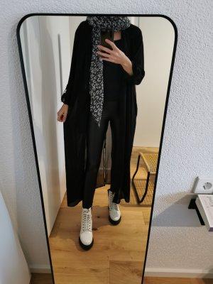 langer schwarzer Mantel mit passendem Schal