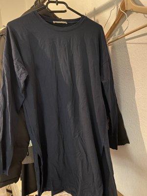 Langes blaues Shirt mit Schlitzen an den Seiten