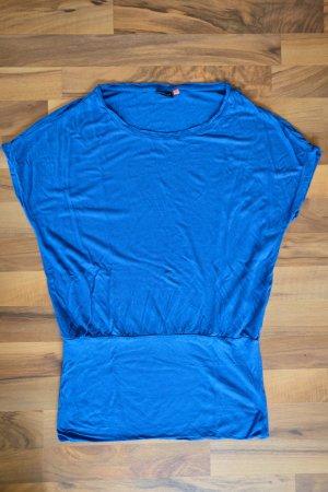 Langes blaues T-Shirt